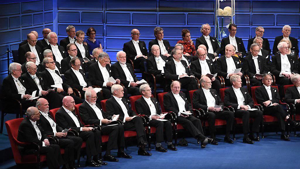 Zusammen mit den anderen Nobelpreisträgern durfte Jacques Dubochet am Sonntag im Stockholmer Konzerthaus Platz nehmen, um aus den Händen des schwedischen Königs Carl XVI. Gustaf den Chemie-Nobelpreis entgegen zu nehmen.