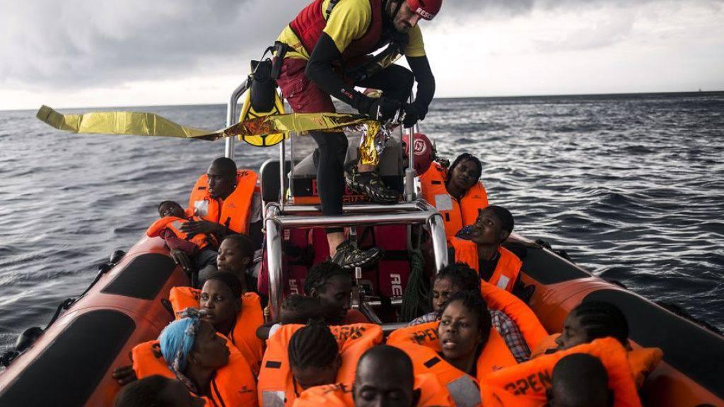 Die Hilfsorganisation Proactiva Open Arms hat 121 Flüchtlinge von zwei Booten vor der libyschen Küste gerettet. (Archivbild)