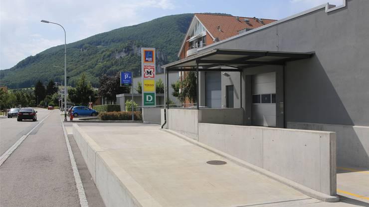 Die Anlieferungsstelle für Aldi befindet sich in unmittelbarer Nachbarschaft zu Wohnungen.