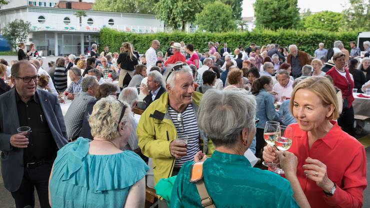 Regierungsrätin Susanne Schaffner (mit roter Bluse) im angeregten Gespräch mit Gästen an ihrem Wahlfest.