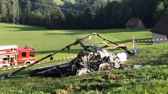 Der Helikopter geriet nach dem Absturz in Brand. Einer der beiden Insassen verstarb noch auf der Unfallstelle.