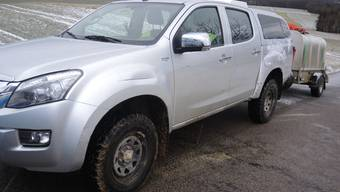 Dieser parkierte Personenwagen wurde von einem unbekannten Fahrzeug beschädigt.