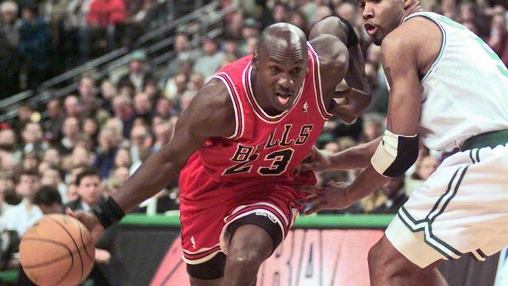 Michael Jordan (l.) gewann mit den Chicago Bulls in den 90er-Jahren sechs Meisterschaften in der NBA.