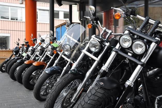 Draussen stehen die Harleys in Reih und Glied.