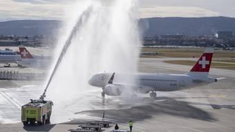 Nach der Landung wurde das Flugzeug mit viel Wasser getauft.