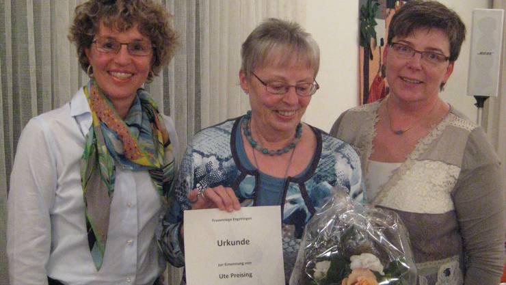Ute wird selbstverständlich zum Ehrenmitglied ernannt  (links Jeanette Hollenweger   -  rechts Anna Beer)