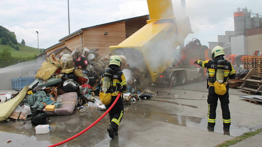 Abfall in Entsorgungsmulde in Brand geraten