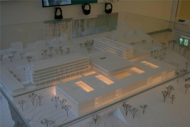 Modell der Rehaklinik mit den beiden bestehenden Bettenhäuern, der dazwischenliegenden Intermediate Care Station und dem talseitigen Neubau (beleuchtet).