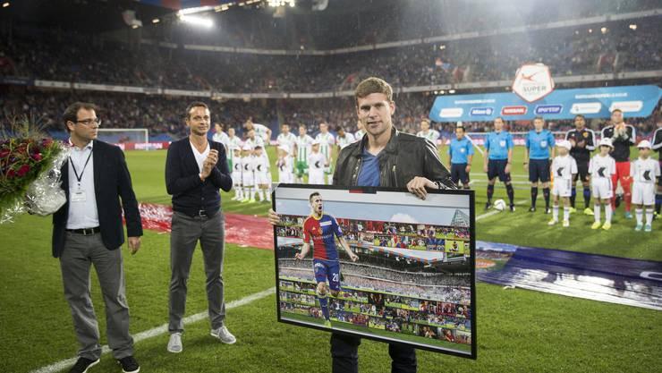 Mai 2015: Fabian Frei wird von FCB-Sportdirektor Georg Heitz (links) und Präsident Bernhard Heusler verabschiedet.