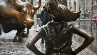 """Die Skulptur """"Fearless Girl"""" hat während eineinhalb Jahren dem Bullen vor der New Yorker Börse die Stirn geboten. Jetzt musste das furchtlose Mädchen umziehen. (Archivbild)"""