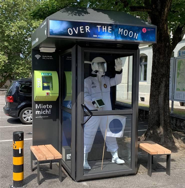 An der Poststrasse wirbt das lokale Museum Burghalde mit seiner aktuellen Ausstellung zur Mondlandung.