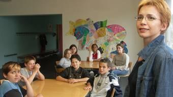 Nur wenn das Vertrauen zu den Schülern da ist, kann der Schulsozialdienst gute Arbeit leisten (im Bild die Schulsozialarbeiterin einer Aargauer Schule mit Jugendlichen).