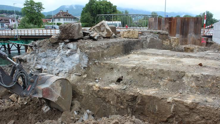 Links das alte, rechts das uralte Widerlager. Rechts in der Mitte der kleine, verrostete Kettenbrücke-Überrest.
