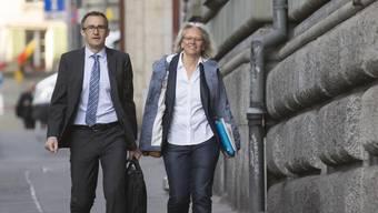 Martin Baltisser und Silvia Bär beim Gang vor das Berner Regionalgericht. Die beiden SVP-Kader ziehen die Verurteilung wegen Rassendiskriminierung an die nächste Instanz weiter (Archiv)