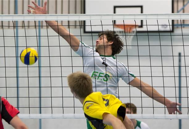 Christof Johnsen (h.) muss den Ball passieren lassen.
