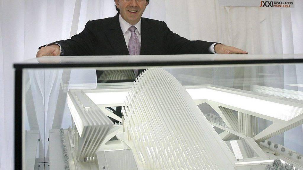 Santiago Calatrava 2006 mit seinem Modell des Kongresspalasts von Oviedo. Wegen Planungsmängeln muss er jetzt fast drei Millionen Euro Schadenersatz bezahlen. (Archivbild)