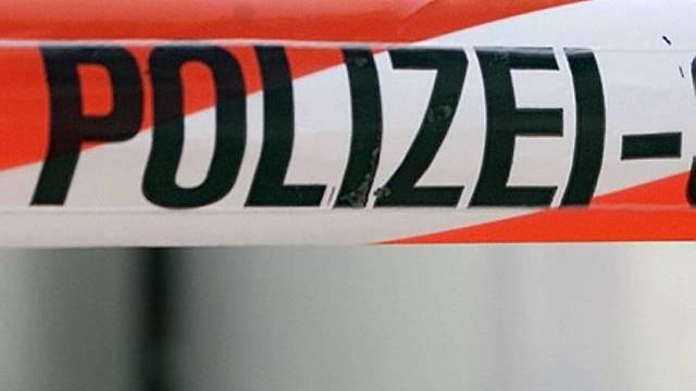 Absperrband der Polizei. Florastrasse, Klybeckstrasse, Sperrstrasse und Feldbergstrasse sind komplett gesperrt. (Symbolbild)
