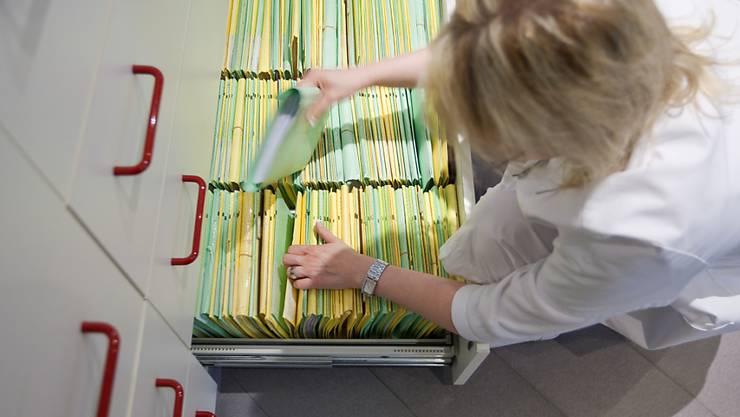 Papier hat bald ausgedient: Das im letzten Juni von der Bundesversammlung verabschiedete Bundesgesetz, das die Einführung des elektronischen Patientendossiers in der Schweiz regelt, wird voraussichtlich 2017 in Kraft treten. (Symbolbild)