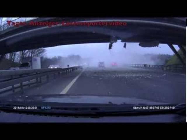 Legendär: Im Januar 2014 kracht ein mit einem Bagger beladener LKW in die Autobahnbrücke.