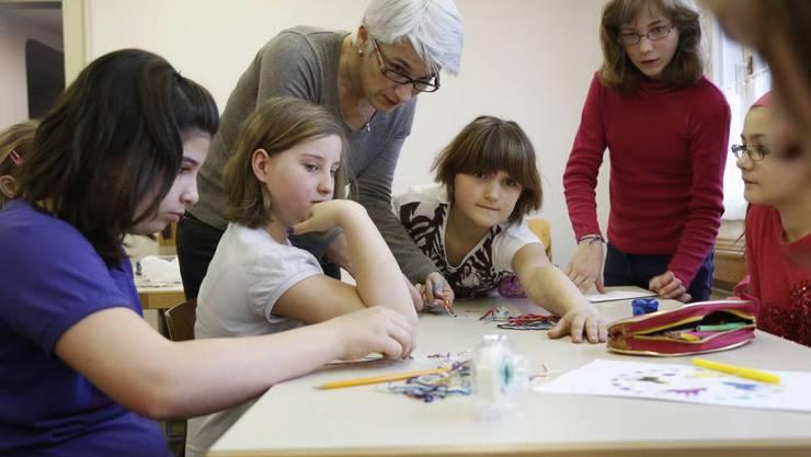 Grosser Einsatz bei den Bastelworkshops: 36 Kinder verbringen diese Woche im Ferienheim.