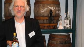 Peter Siegenthaler in seinem Badener Whisky-Geschäft Cadenhead's mit der letzten Flasche «Spirit of Freedom».