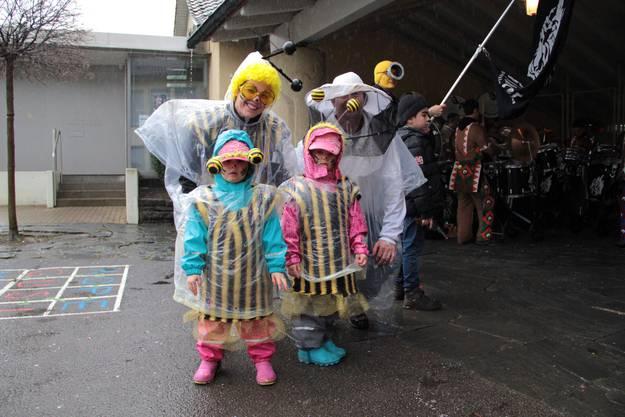 Beim sonntäglichen Kinderfasnachtsumzug von Unterengstringen war regenfeste Verkleidung gefragt.