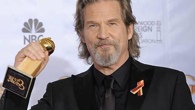 Jeff Bridges mit der gewonnenen Trophäe