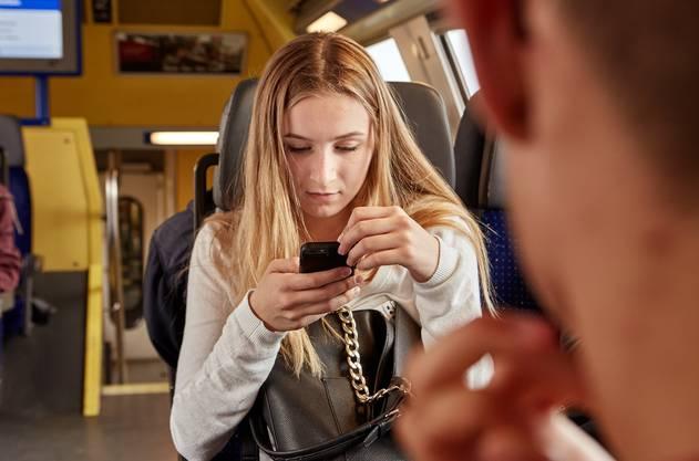 Besonders beeindruckt waren die Tester vom Handy-Empfang in Schweizer Zügen. (Symbolbild)