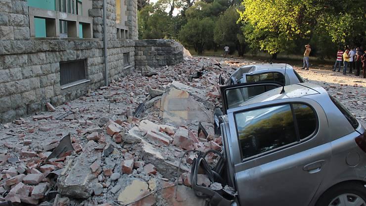Zerstörte Autos nach den starken Erdbeben in Tirana, der Hauptstadt von Albanien.