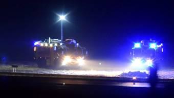 Basel - 7.12.16. - Auf dem EuroAirport in Basel ist am Abend ein Kleinflugzeug abgestürzt. Dabei gab es mindestens ein Todesopfer. Der Flughafenbetrieb wurde vorübergehend eingestellt.
