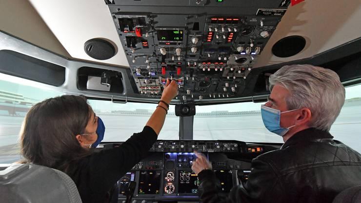 Der Captainsitz ist gemütlich aber anspruchsvoll: Mit Hilfe von Gerry Dressler kann ich die Boeing 737-800 selbst starten.