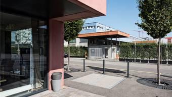 Mitarbeiter der Rennbahnklinik fürchteten wegen der Nähe zum Feldreben-Areal (im Hintergrund) um ihre Sicherheit.