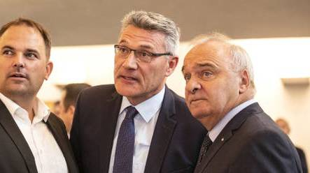 Pirmin Schwander sowie SVP-Ständerat Alex Kuprecht am 20.Oktober im Wahlzentrum in Schwyz.