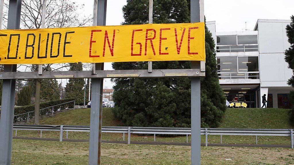 Auch die Genfer Lehrer folgen dem Streikaufruf oder zeigen ihre Solidarität, wie das Collège d'orientation de Bude in der Stadt Genf.