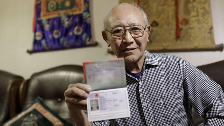 Der Schweiz-Tibeter Tshator Khangsar mit seinem Ausweis