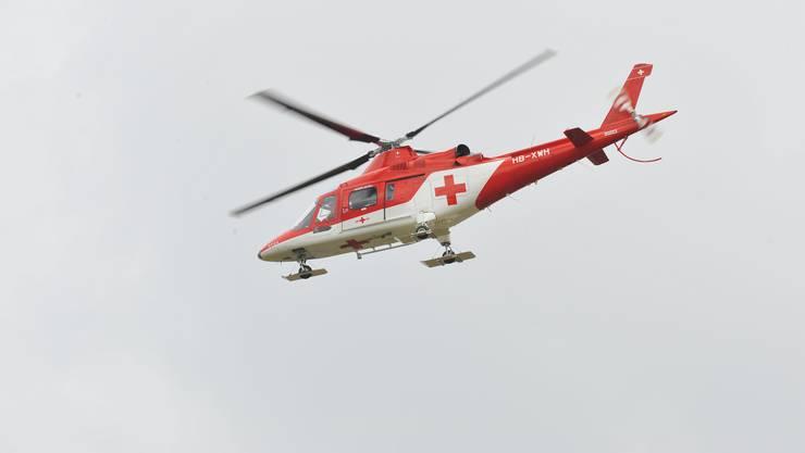 Die 50-Jährige wurde mit einem Rettungshelikopter ins Spital geflogen. (Symbolbild)