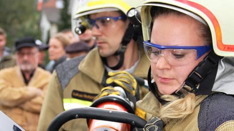 Auch der Einsatz der hydraulisch betriebenen Blechschere will gelernt sein.