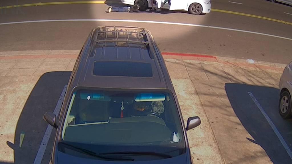 Handtaschendieb schleift Opfer hinter Auto her