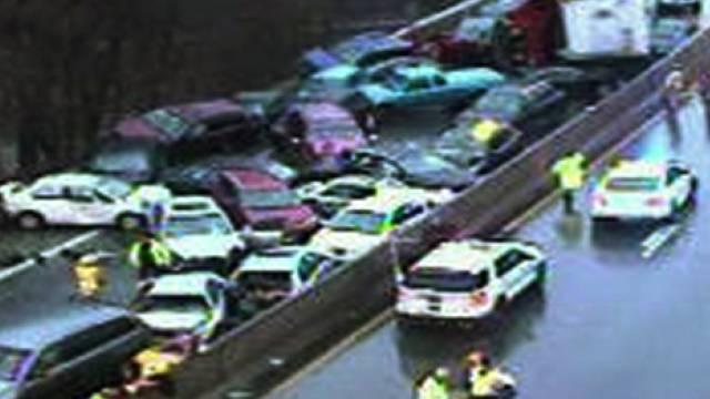 Über 20 Fahrzeuge waren in den Unfall in Philadelphia verwickelt