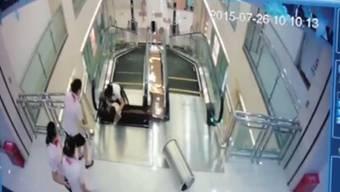 Das Unglück ereignete sich am Samstag und wurde von einer Überwachungskamera in dem Kaufhaus Anliang aufgezeichnet.