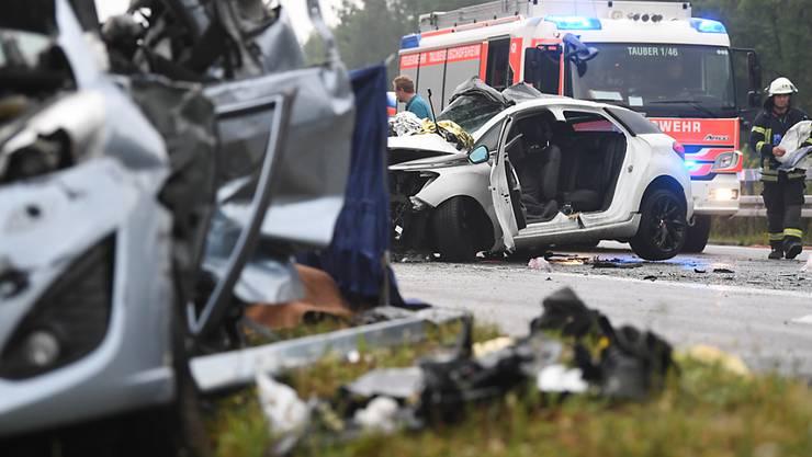 Bei dem Unfall auf der deutschen Autobahn A81 nahe Heilbronn krachten zehn Fahrzeuge, darunter drei Kleinbusse, ineinander.