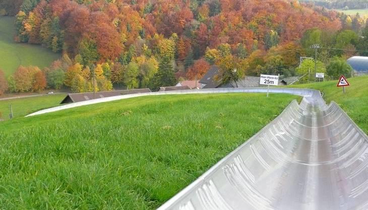 Allein oder zu zweit kann man mit dem Solarbob den Hügel in Langenbruck zuerst hinaufgezogen werden und dann mit vollem Tempo wieder nach unten rasen. Mit Steilwandkurven und einem 540-Grad-Kreisel bietet der Solarbob einen richtigen Adrenalinkick, sowohl für Kinder als auch für die Älteren.
