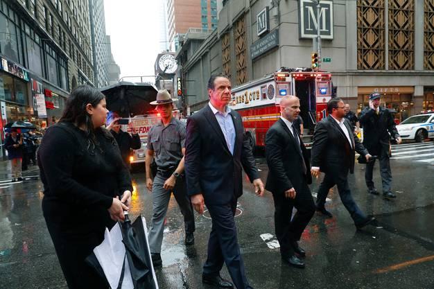 Der New Yorker Gouverneur Andrew Cuomo ist nach dem Helikopterabsturz vor Ort.