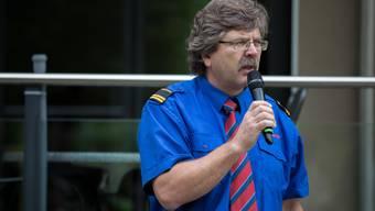 Der Kommandant der Feuerwehr Grenchen, Bruno Bider, erläutert den Zuschauern die Rettungsübung