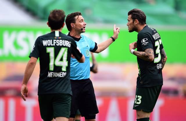 Die ganze Sportwelt hört zu: Wolfsburg-Spieler Admir Mehmedi (links) und Daniel Ginczek kritisieren Schiedsrichter Guido Winkmann.