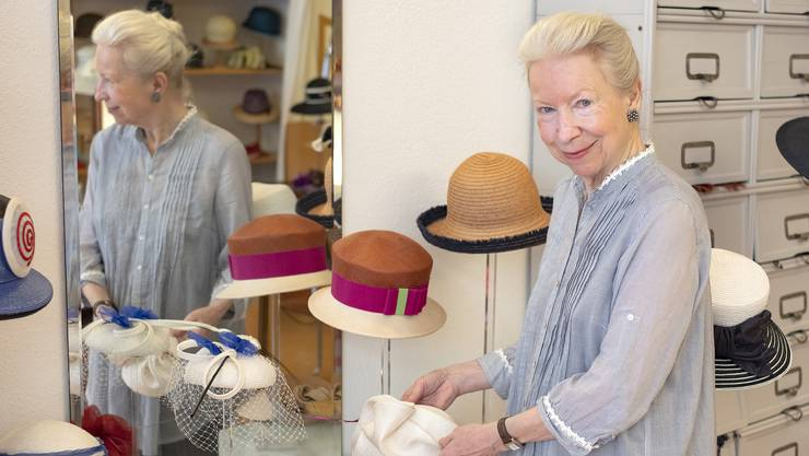 Modistin Maria Hiepler in ihrem Geschäft in der Barfüssergasse. Ihre Hüte kosten im Schnitt zwischen 300 und 600 Franken, die Günstigsten weniger als 200.