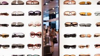 Im Jahr 2019 haben Schweizerinnen und Schweizer hierzulande erstmals wieder mehr eingekauft. Im Bild sind Sonnenbrillen vom Warenhaus Globus zu sehen.