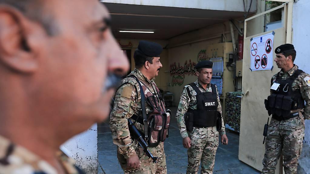 Unter einem Grossaufgebot an Sicherheitskräften hat im Irak die Parlamentswahl begonnen.