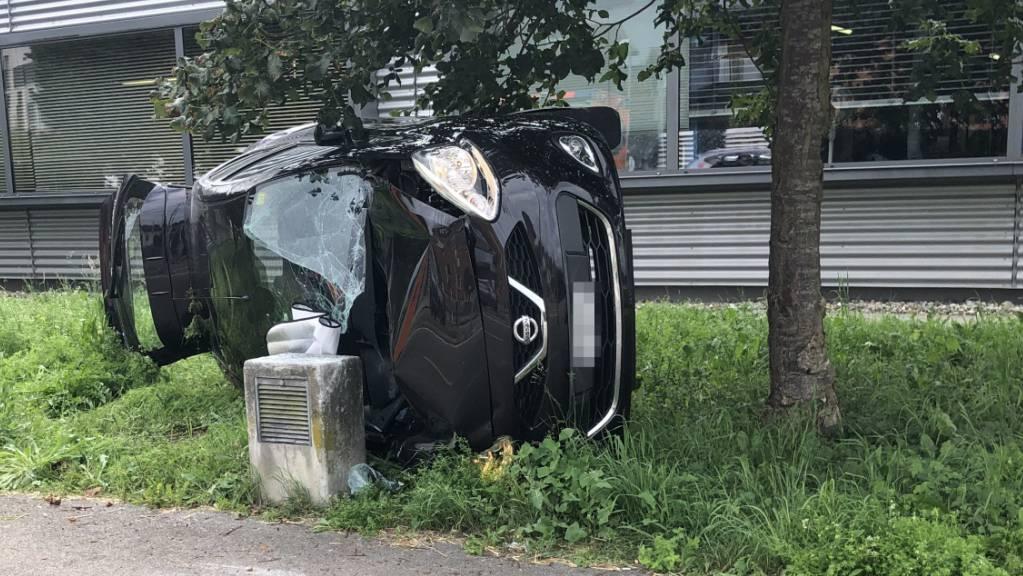 Durch die Wucht des Aufpralls überschlug sich das Auto und landete auf der Seite.