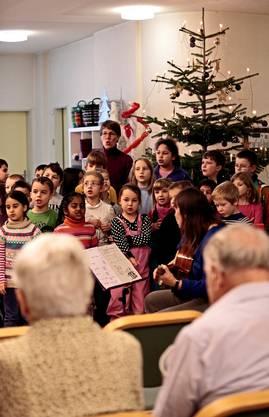 Das gemeinsame Basteln, Spielen oder Singen soll die Begegnung zwischen Jung und Alt fördern.